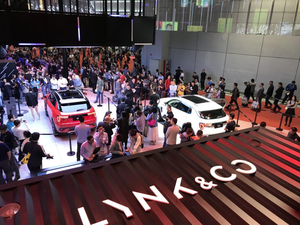 * Vi og 200.000 andre på åpningsdagen av den internasjonale bilutstillingen i Shanghai.